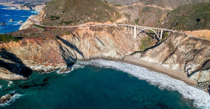 Ponte de Bixby e estrada da Costa do Pac?fico no Big Sur em Calif?rnia, EUA imagem de stock