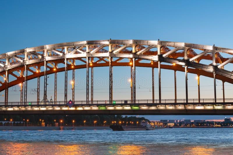 Ponte de Bolsheokhtinsky da construção do ferro sobre o Neva na noite em St Petersburg imagens de stock