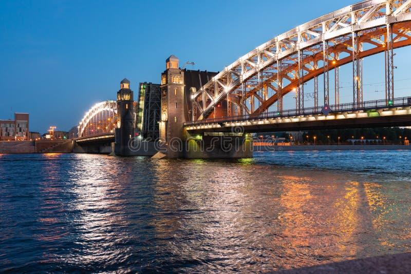 Ponte de Bolsheokhtinsky em St Petersburg na noite com os períodos abertos sobre o Neva fotografia de stock