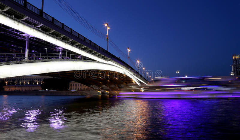 Ponte de Bolshoy Ustinsky em Moscou, Rússia imagens de stock royalty free
