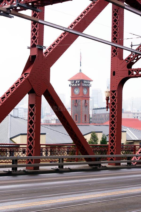 Ponte de Broadway através do rio de Willamette em Portland para baixo a fotos de stock royalty free