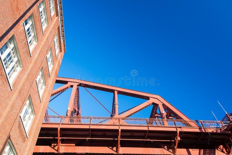Ponte de Broadway e construção de tijolo foto de stock royalty free