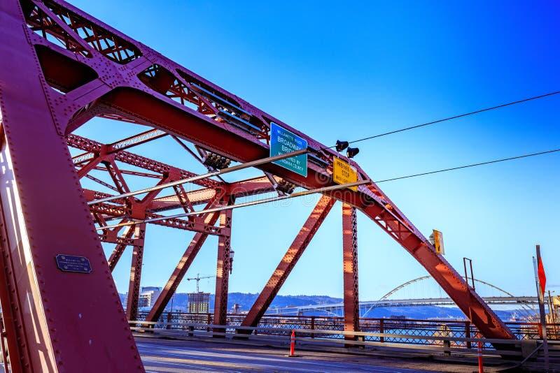 A ponte de Broadway em Portland do centro, OU fotos de stock royalty free
