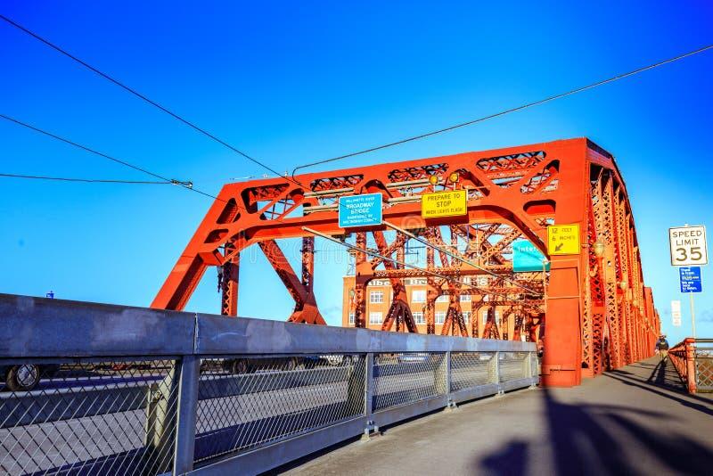 A ponte de Broadway em Portland do centro, OU imagens de stock