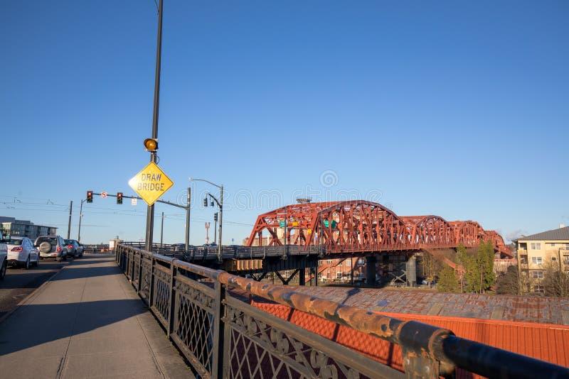 A ponte de Broadway em Portland do centro, OU foto de stock