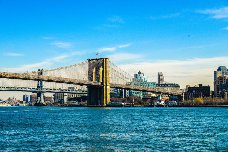 Ponte de Brooklyn com East River New York EUA imagem de stock