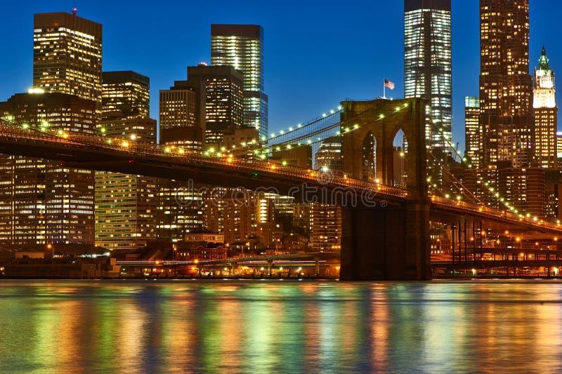Ponte de Brooklyn com mais baixa skyline de Manhattan na noite fotografia de stock