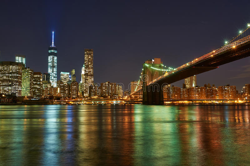 Ponte de Brooklyn com mais baixa skyline de Manhattan na noite fotos de stock