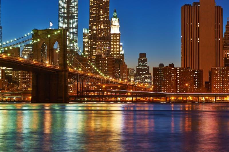 Ponte de Brooklyn com mais baixa skyline de Manhattan na noite fotos de stock royalty free