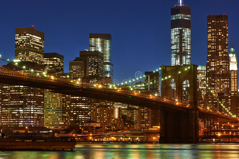 Ponte de Brooklyn com mais baixa skyline de Manhattan na noite fotografia de stock royalty free