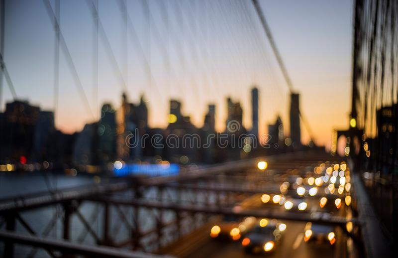 Ponte de Brooklyn defocused do bokeh urbano abstrato da luz da noite no crepúsculo em New York Citynight fotos de stock royalty free
