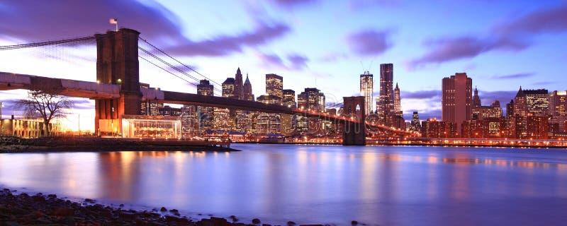 Ponte de Brooklyn e de skyline de Manhattan cena da noite imagem de stock