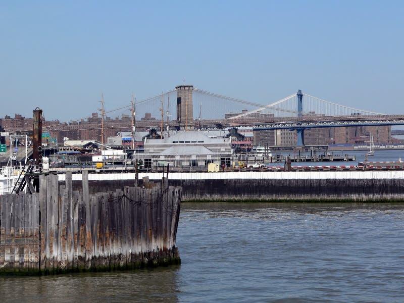 Ponte de Brooklyn e Manhattan como visto do porto de New York City foto de stock