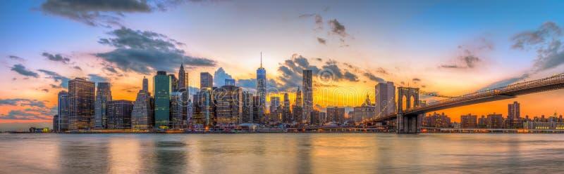 Ponte de Brooklyn e New York City do centro no por do sol bonito imagens de stock royalty free