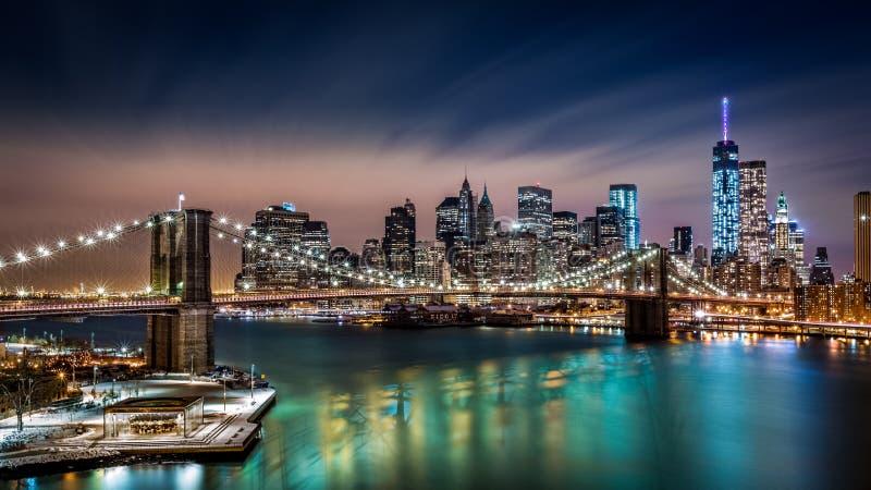 Ponte de Brooklyn e o distrito financeiro na noite fotos de stock