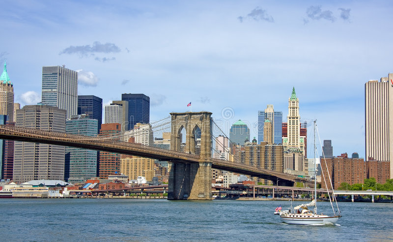 Ponte de Brooklyn e Sailboat imagens de stock royalty free
