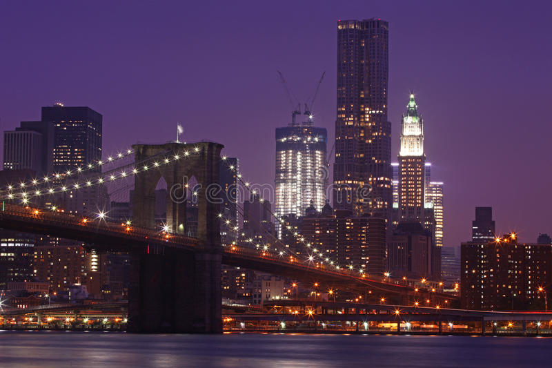 Ponte de Brooklyn e skyline de Manhattan na noite NYC foto de stock