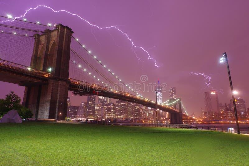 Ponte de Brooklyn e skyline dramática do céu e do relâmpago imagem de stock