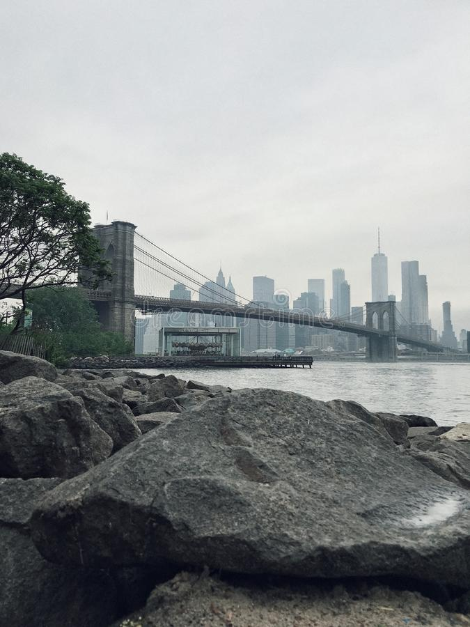 Ponte de Brooklyn e a vista de Manhattan fotos de stock