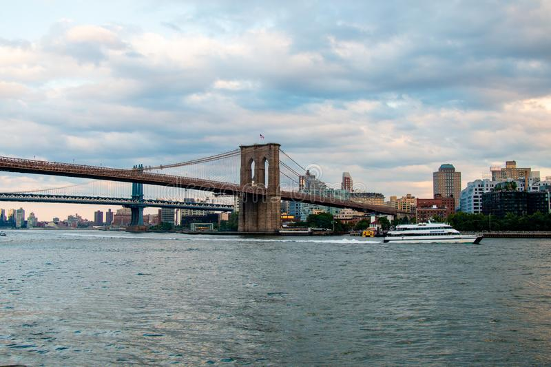 Ponte de Brooklyn, East River, passeio do barco, New York, Manhattan fotografia de stock