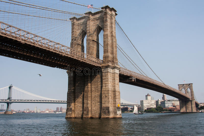 Ponte de Brooklyn em New York City com bandeira americana foto de stock
