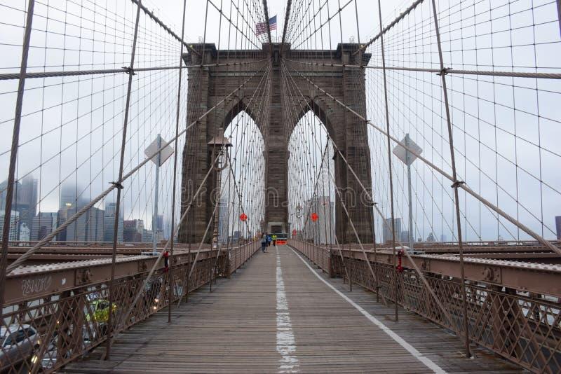 Ponte de Brooklyn em New York City em um dia nevoento fotos de stock