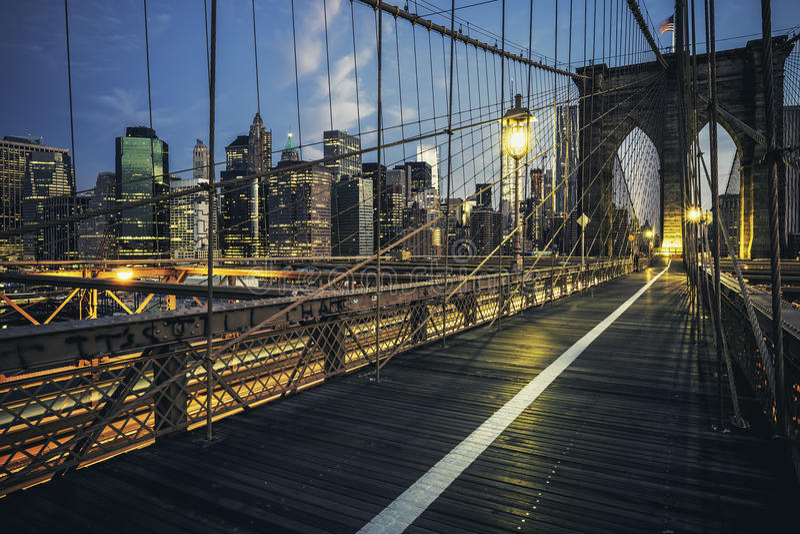 Ponte de Brooklyn em a noite imagens de stock royalty free