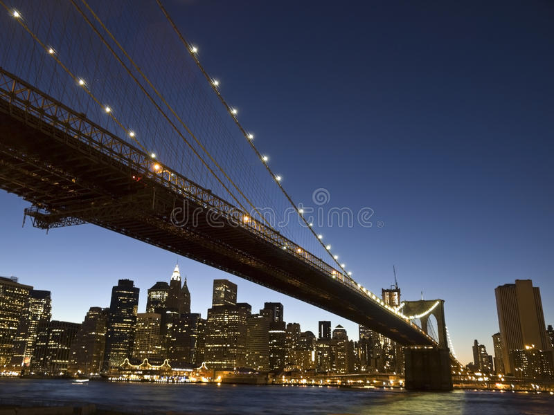 Ponte de Brooklyn no crepúsculo fotografia de stock