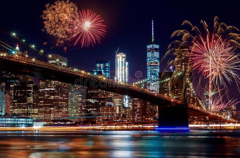 Ponte de Brooklyn no crepúsculo em fogos de artifício coloridos e vibrantes de New York City imagens de stock