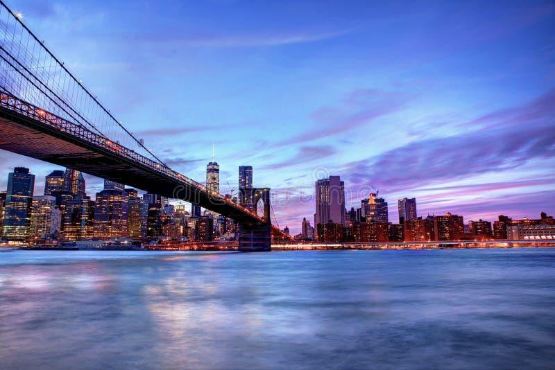 Ponte de Brookyln e skyline de Manhattan no tempo azul da hora fotos de stock royalty free
