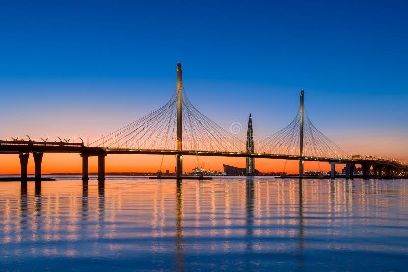 Ponte de cabo da estrada de St Petersburg sobre o rio de Neva fotografia de stock