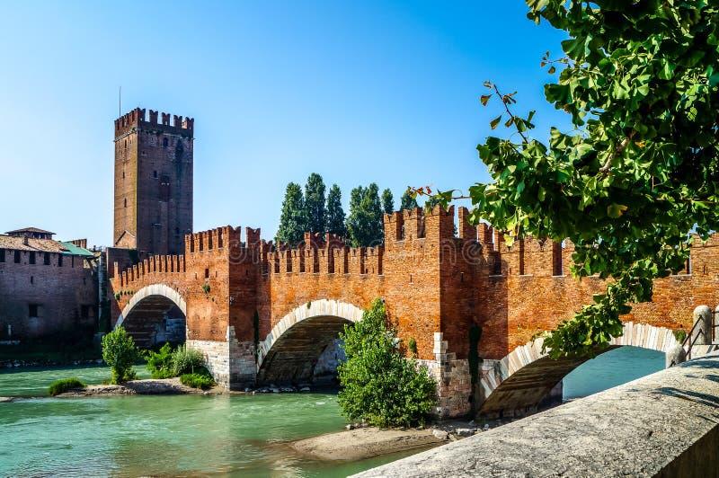 Ponte de Castelvecchio com os arcos sobre River Adige em Verona, Itália fotografia de stock