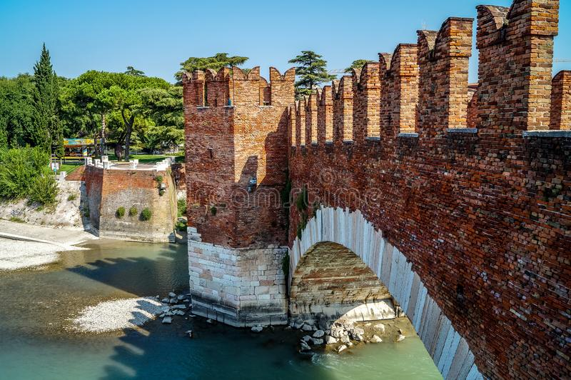 Ponte de Castelvecchio com os arcos sobre River Adige em Verona, Itália fotos de stock royalty free
