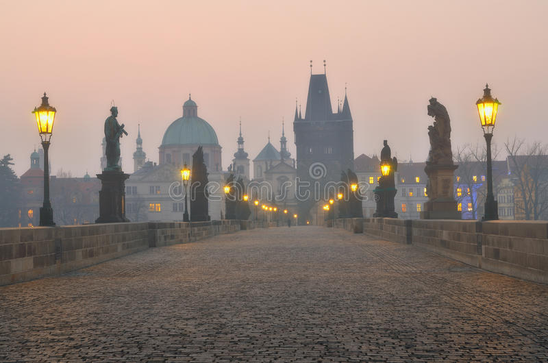 Ponte de Charles em Praga durante o nascer do sol imagem de stock