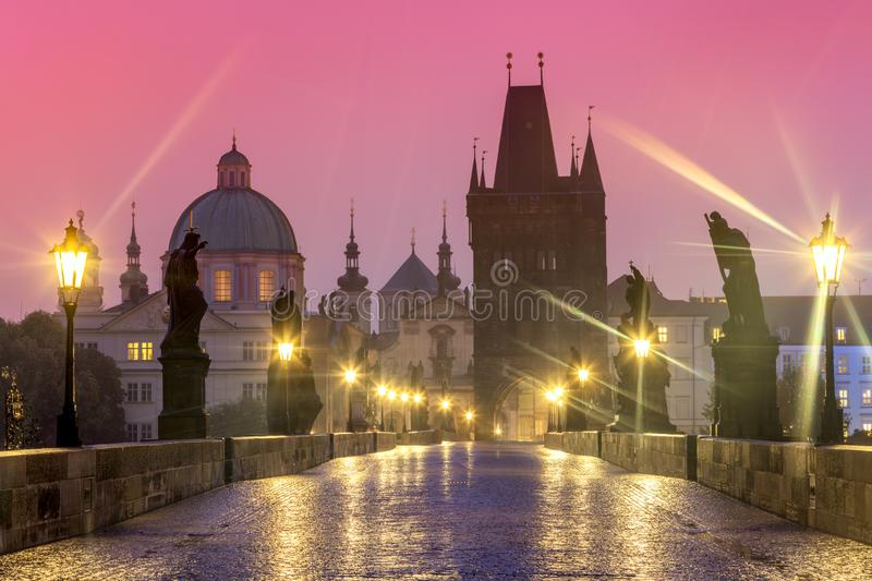 Ponte de Charles em Praga na noite chuvosa, ninguém fotografia de stock royalty free