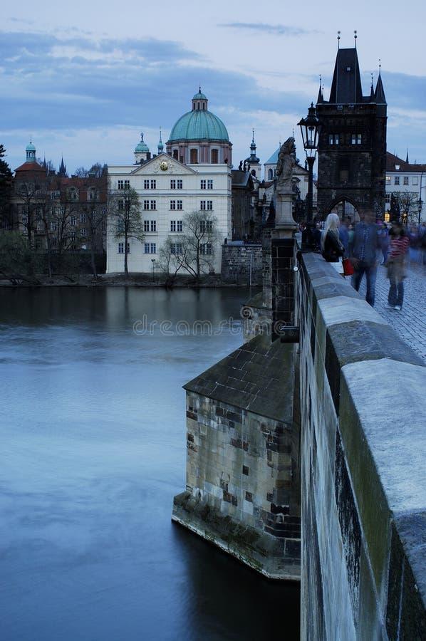 Ponte de Charles (Karluv mais) no olhar fixo Mesto, Praga, República Checa fotografia de stock royalty free