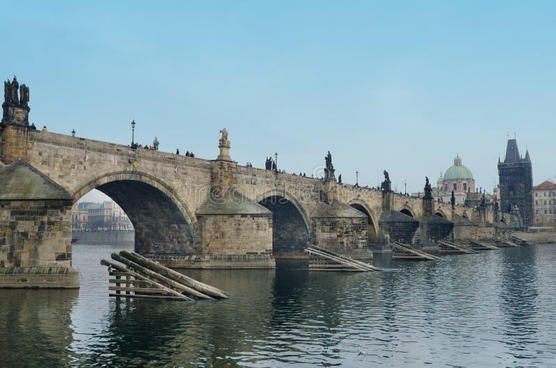 Ponte de Charles, olhar do banco de rio de Vltava, Praga imagem de stock