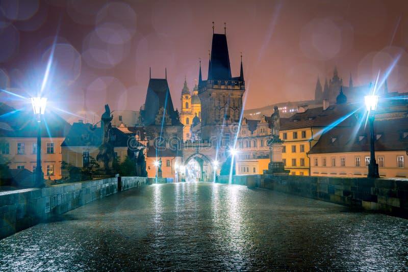 Ponte de Charles, Praga na noite, gotas da chuva, ninguém fotografia de stock