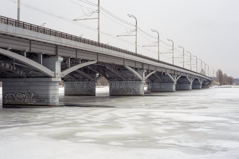Ponte de Chernavskiy, Voronezh, paisagem urbana do inverno, espaço da cópia imagem de stock royalty free