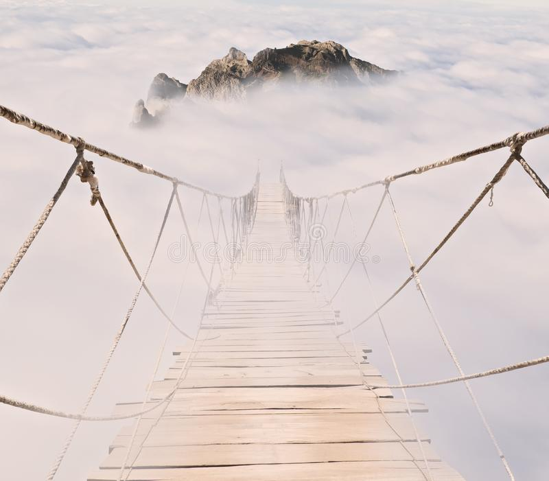 Ponte de corda com pranchas de madeira imagens de stock