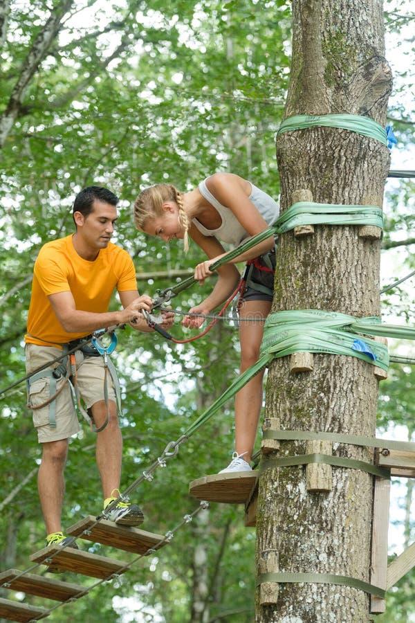 Ponte de corda de Coupleon no parque da aventura imagens de stock
