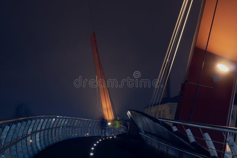 Ponte de corda do fio na névoa um a noite fotos de stock