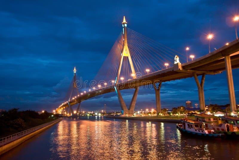 Ponte de corda no fundo do céu noturno fotos de stock royalty free