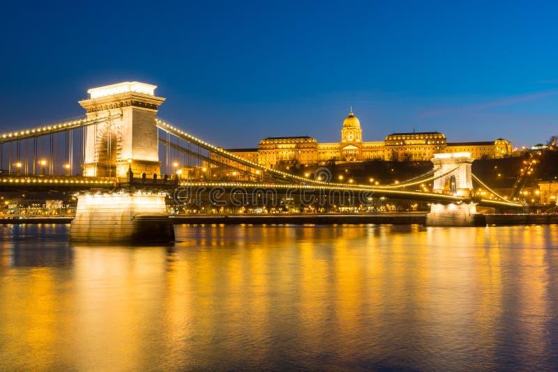 Ponte de corrente sobre Danube River no por do sol em Budapest, Hungria fotografia de stock