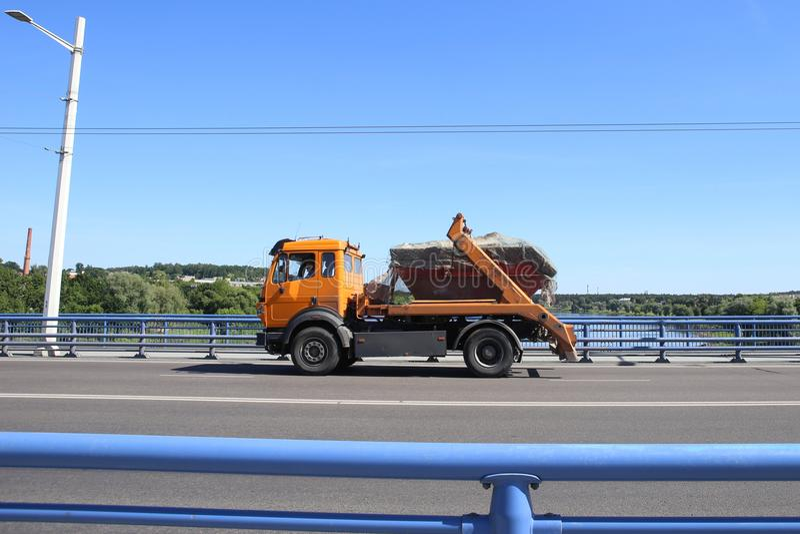 Ponte de cruzamento do caminhão basculante fotos de stock