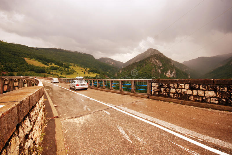 Ponte de cruzamento do carro sobre o rio de Tara, segunda-feira imagem de stock