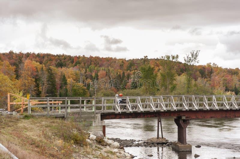 Ponte de cruzamento do veículo de quatro rodas através do rio de Androscoggin imagens de stock