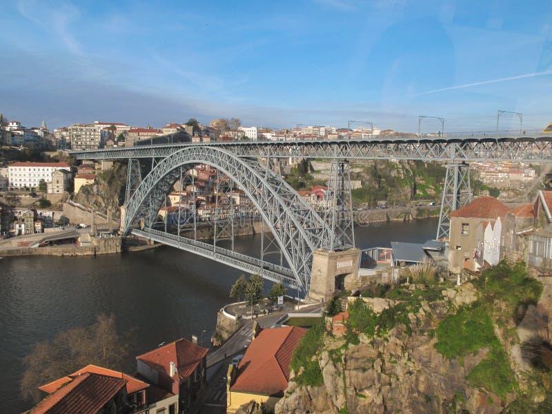Ponte de Dom Luís I, uma ponte de dois andares do arco do metal que meça o rio Douro imagem de stock