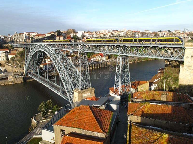 Ponte de Dom Luís I, un ponte a due ponti dell'arco del metallo che misura il fiume il Duero fotografie stock libere da diritti