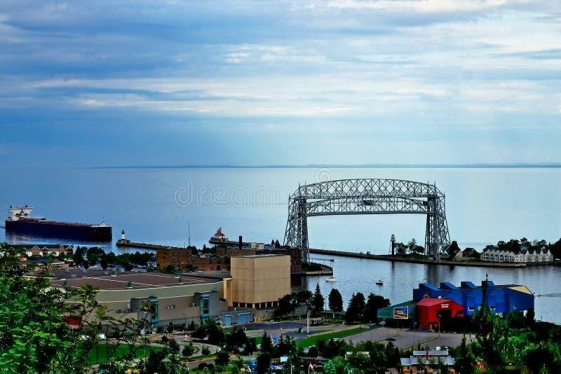 Ponte de elevador aérea de Duluth Minnesota com o canal entrando do navio do minério fotografia de stock royalty free